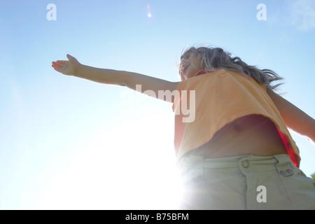 SunFlare, sechs Jahre altes Mädchen mit ausgestreckten, Winnipeg, Kanada - Stockfoto