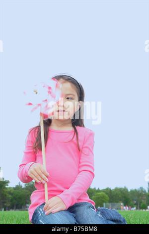 Fünf Jahre altes Mädchen im Park mit Pin Rad, Winnipeg, Kanada - Stockfoto