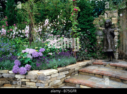Hortensien Lavatera Barnsley und Lavendel Hidcote in einem schattigen Rand - Stockfoto