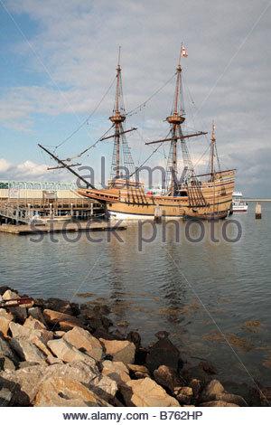 Die Mayflower II Segelschiff angesehen vom Ufer in Plymouth Massachusetts - Stockfoto