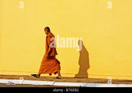 Buddhistischer Mönch in Safran Roben zu Fuß vor dem Königspalast in Phnom Penh Kambodscha - Stockfoto