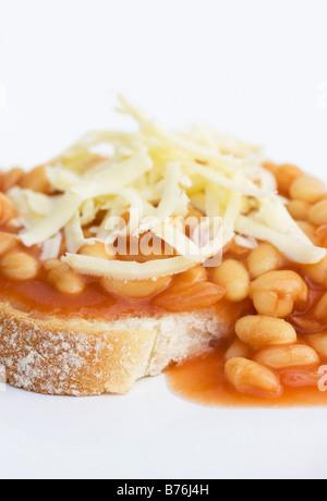 Bohnen auf Toast mit Käse auf der Oberseite - Stockfoto