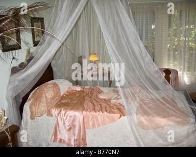 ... Moskitonetz Bett Im 30er Jahre Stil Amerikanischen Plantage Haus  Schlafzimmer   Stockfoto