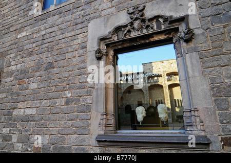 Spiegelbild im Fenster, Museu de Historia De La Ciutat, historisches Museum, Plaza, Barri Gotic, Barcelona, Placa - Stockfoto