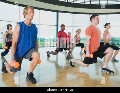 Fitness-Klasse machen Ausfallschritte Hanteln - Stockfoto