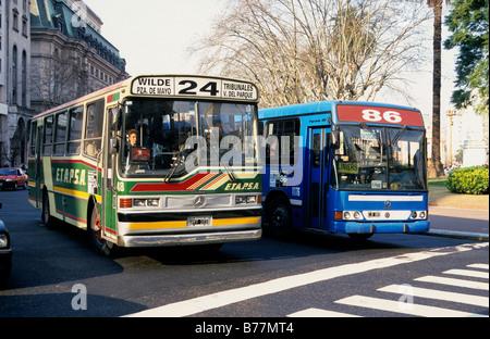 Busse auf Avenida 9 de Julio in Buenos Aires, Argentinien, Südamerika - Stockfoto