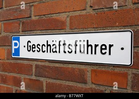 Parkplatz für Manager, Zinn Zeichen auf einer gemauerten Wand, Krefeld-Uerdingen, North Rhine-Westphalia, Germany, - Stockfoto