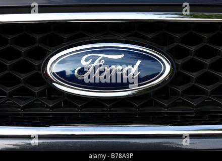 Ein Ford-Emblem auf einem Ford Galaxy MPV. - Stockfoto