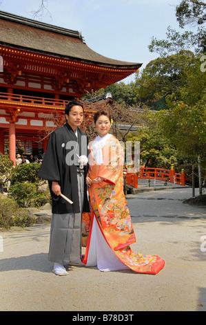 Traditionelle japanische Hochzeitspaar vor Kamigamo Schrein, Kyoto, Japan, Asien - Stockfoto