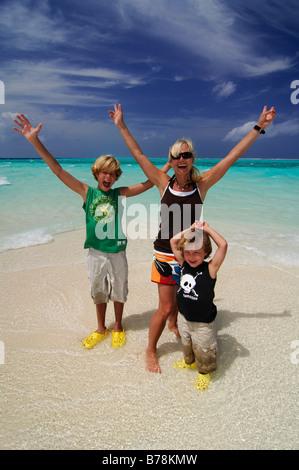Frau und zwei Kindern am Strand Laguna Resort, Malediven, Indischer Ozean - Stockfoto