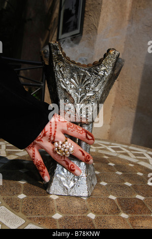 Hand mit Henna-Painting Räucherstäbchen-Halter, Dubai, Vereinigte Arabische Emirate, Naher Osten - Stockfoto