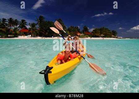 Frau mit Kindern im Kurumba Resort, Malediven, Incian Ozean Kajak - Stockfoto