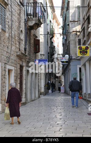 Schmale Gasse, Altstadt, Sibenik, Kroatien, Europa - Stockfoto