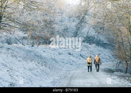 Älteres Paar zu Fuß an einem schönen Tag im winter - Stockfoto