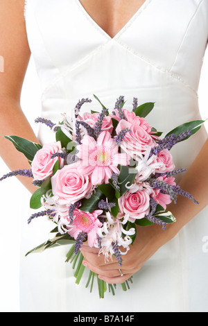 Braut hält Blumenstrauss - Stockfoto