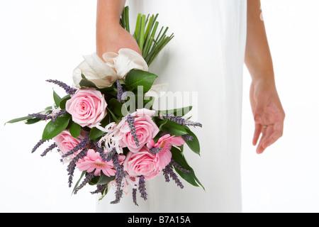 Braut hält Blumenstrauss rosa - Stockfoto