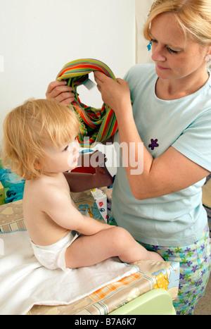 Mutter ein Babys ändern ist Windel - Stockfoto