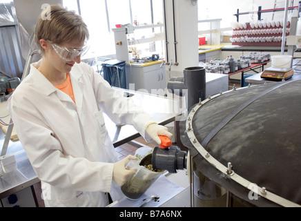 Arbeiten im technischen Labor auf einem Batch-Fermenter für eine Biogasanlage der Schmack Biogas AG in Schwand Biotechnologe - Stockfoto