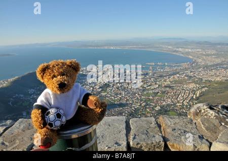 Fußball Teddybär vor Blick auf Kapstadt vom Tafelberg, Südafrika - Stockfoto