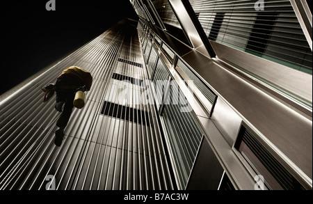 Fassaden Reiniger klettern die Seite eines Wolkenkratzers, Bildbearbeitung, Frankfurt Am Main, Hessen, Deutschland, - Stockfoto