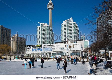 Eisbahn am Harbourfront Centre mit CN Tower hinter in Toronto Ontario Kanada - Stockfoto