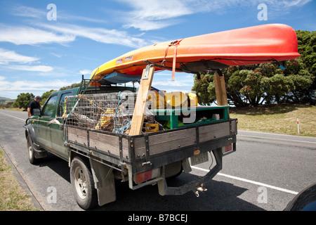 Pickup-Truck (Ute) für den Urlaub voller Hummerfallen und Kajak - Stockfoto