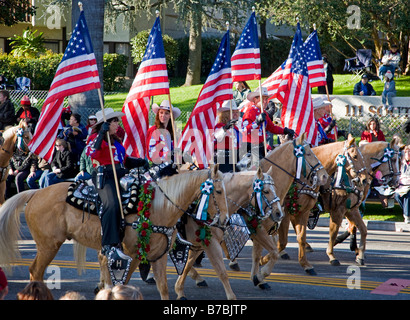Reiter mit amerikanischen Flaggen in die jährliche neue Jahre Tag Rose Bowl Parade, Pasadena, Kalifornien, USA - Stockfoto