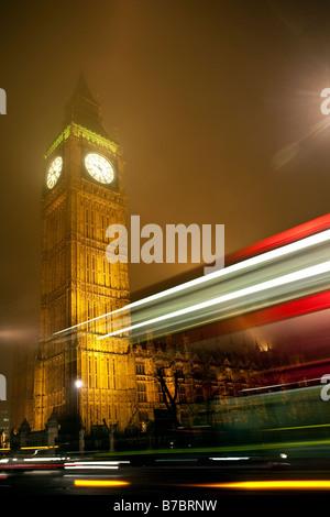 Big Ben Clocktower nachts im Nebel mit Ampel Wanderwege. Häuser des Parlaments, Westminster, London, England, UK - Stockfoto