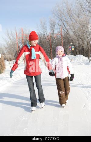 9 und 13 Jahre alten Mädchen Skaten, The Forks, Winnipeg, Kanada - Stockfoto
