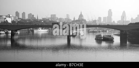 Skyline von London in den frühen Morgennebel, London, UK - Stockfoto