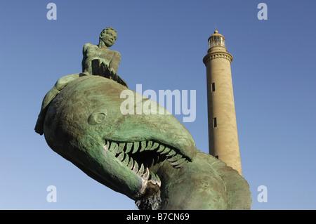 Sea Monster Statue vor Leuchtturm El Faro Baujahr 1889, Wahrzeichen von Gran Canaria, Maspalomas, Kanarische - Stockfoto