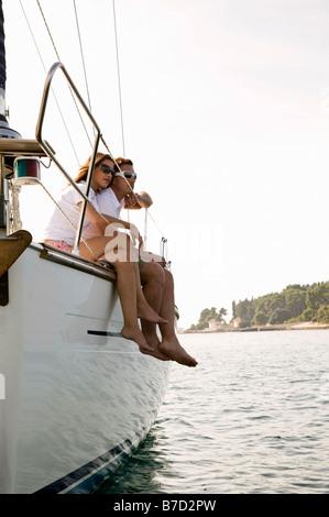 Ein paar sitzen nebeneinander auf einer yacht - Stockfoto