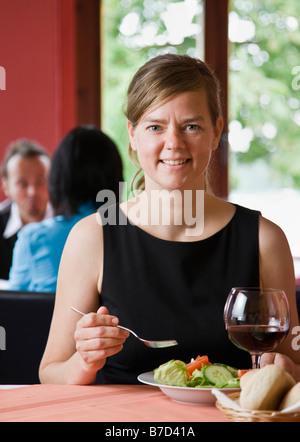 Porträt einer Frau, die eine Mahlzeit - Stockfoto