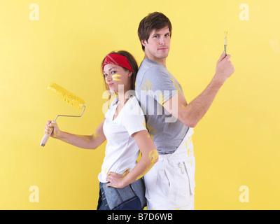 Paar posiert vor Wand. - Stockfoto