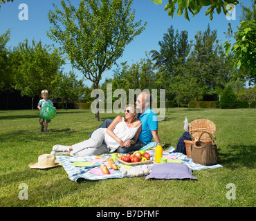 Familie mit einem Picknick im Garten - Stockfoto