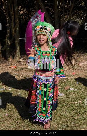 Ein junges Mädchen Hmong, soll in Tracht, einen Ball fangen auf einem Ball werfen Zeremonie am Stadtrand von Phonsavan - Stockfoto