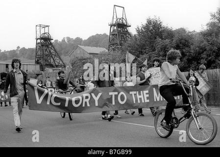 10. August 1984 Militant Labour Party Young Socialists März mit Bannern Bergleute während der 84 Strike, Newbridge, - Stockfoto