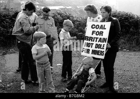 18. August 1984 Bergleute von Markham mit Familie und Fans marschieren mit Banner während der Bergarbeiterstreik - Stockfoto