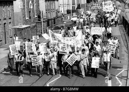 18. August 1984 marschieren Bergleute aus Celynen Norden Zeche mit Familie und Fans mit Fahnen während der Bergarbeiterstreik - Stockfoto