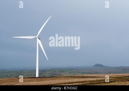 Windturbine in Elliots Hill/Wolf Moor Windfarm außerhalb Hennef, County Antrim.  Slemish im Hintergrund sichtbar. - Stockfoto