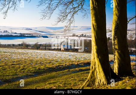 Einen sonnigen verschneiten Landschaftsblick oder eine Filmszene auf Overton Hill in der Nähe von Marlborough Wiltshire - Stockfoto