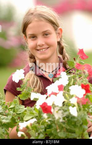 Junges Mädchen mit Blumen, Regina, Saskatchewan - Stockfoto