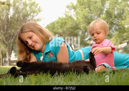 Junges Mädchen, Baby & Katze Gras, Regina, Saskatchewan - Stockfoto