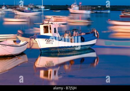 Angelboote/Fischerboote im Abendlicht am Hafen von Santa Luzia, Tavira, Algarve, Portugal - Stockfoto