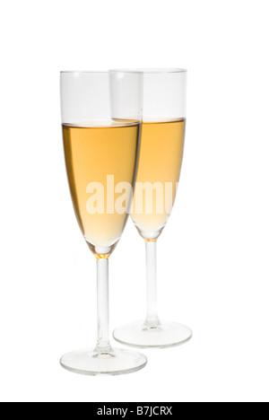 zwei Gläser gefüllt mit Champagner auf einem weißen Hintergrund isoliert - Stockfoto