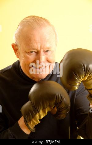 Ältere männliche Boxhandschuhe; Regina Saskatchewan, Kanada - Stockfoto