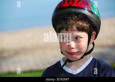 Porträt eines jungen Mannes in einem Fahrradhelm - Stockfoto