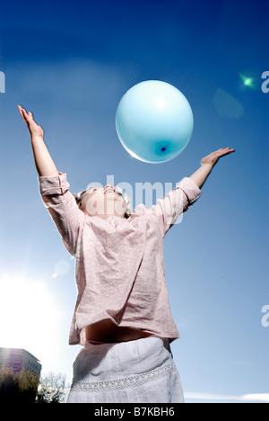 3 Jahre altes Mädchen werfen einen Ballon - Stockfoto