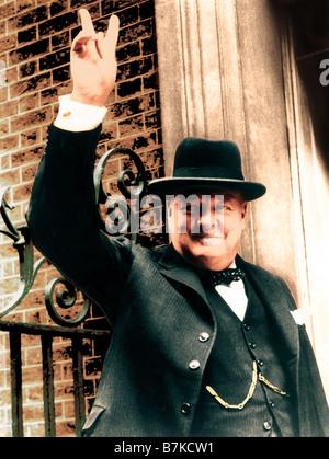 WINSTON CHURCHILL gibt seine berühmten V für Victory-Zeichen in 1945 außerhalb Nr. 10 Downing Street - Stockfoto