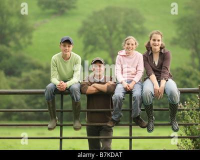 Landwirt mit Kindern am Tor - Stockfoto